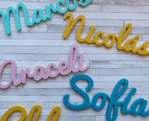 Nombres decorativos de madera